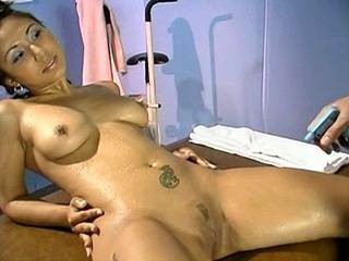 Killer body brunette has oral fun